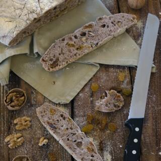 Pane semplice con uvetta e noci  -cotto in pentola