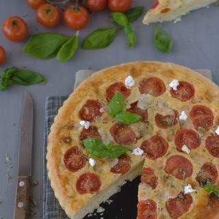 Torta salata con formaggio di capra, pomodori e basilico